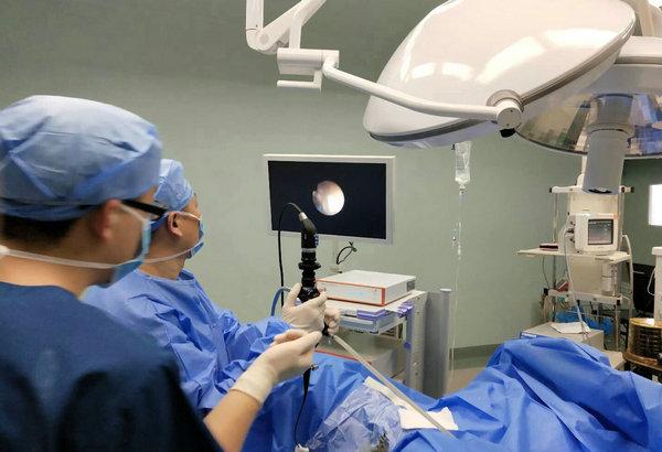 泌尿外科一病区专家为刘先生行输尿管软镜微创手术